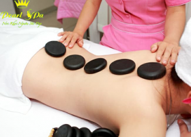 Massage body đá nóng (Hot stone body massage)